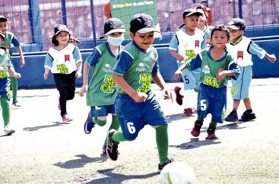 La alegría de los pequeños se reflejó en las canchas de la Escuela Aldebarán, institución que abrió sus puertas a esta actividad.