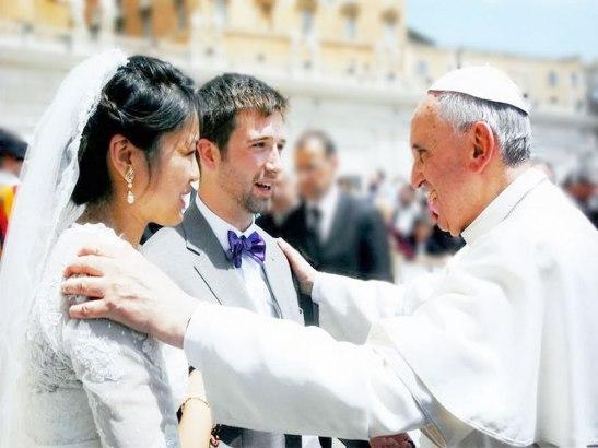 """""""El marido debe amar a su esposa como a su propio cuerpo, amarla como Cristo amó a la Iglesia y se entregó a sí mismo por ella""""."""