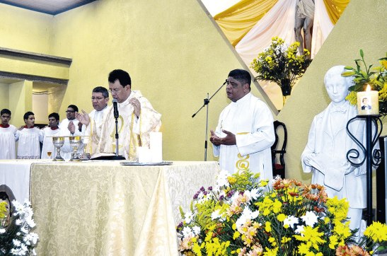 El padre Juan ÁngelLópez, párroco de este Templo en compañía de los padres Fredy Solórzano, Y el padre Emigdio Duarte