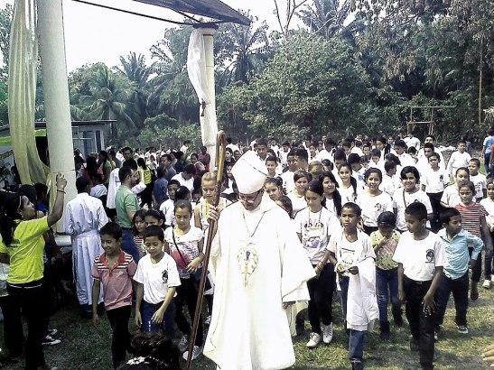Monseñor Héctor David García junto a los monaguillos de la Comunidad de Toyos, en la parroquia San Francisco de Asís.