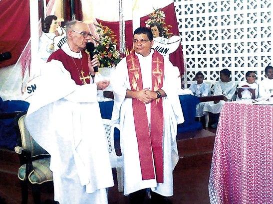 Monseñor Guido Charbonneau junto al padre Roger Rudery.