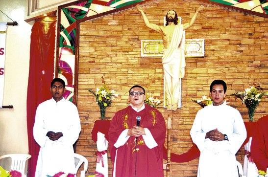 Padre Rigoberto Velásquez, junto a dos de los seminaristas que trabajan en la comunidad.