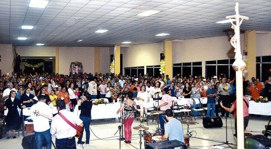El Ministerio Musical Espada de Dios, puso a saltar, gritar y danzar a todos.