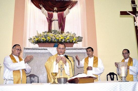 """Junto a Monseñor Juan José Pineda, los presbíteros Juan Ignacio, Francisco y Eugenio, en la bendición de la remodelación del templo """"Salvador del Mundo"""" en junio del año pasado."""