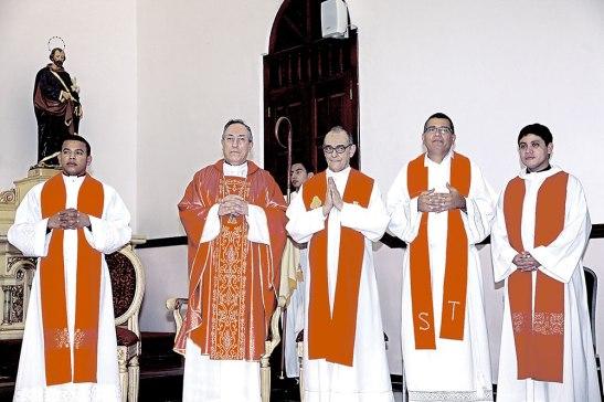 Varios sacerdotes se unieron concelebraron junto al Cardenal Rodríguez.