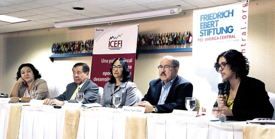 Representantes del Icefi, analistas y economistas, formaron parte de la mesa principal.
