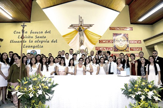 Al final de la ceremonia los jóvenes posaron para la foto del recuerdo junto al Cardenal Rodríguez.