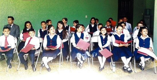 Coro de niños y niñas de la escuela.