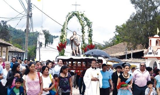 La procesión con la imagen de San Juan Bautista es la manera en la que la comunidad culmina la novena de celebración dedicada a su  patrón.
