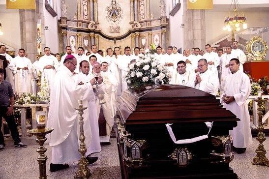 Tres obispos   y gran parte del Clero, dieron el último adiós a Danilo Aceituno.