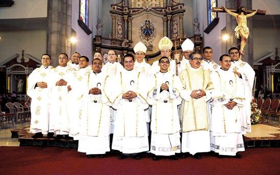 Foto del recuerdo de esta histórica ordenación que se realizó en la Arquidiócesis de Tegucigalpa.