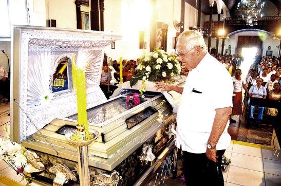 """Momento en el cual el padre Andrés Dumas, sacerdote Javeriano, gran amigo de Monseñor Plante, dice""""hasta luego amigo""""."""