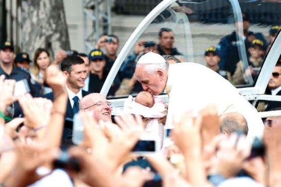 """""""La comunidad cristiana sabe bien que a la familia, en la prueba de la enfermedad, no se la debe abandonar"""" dijo el Papa Francisco."""