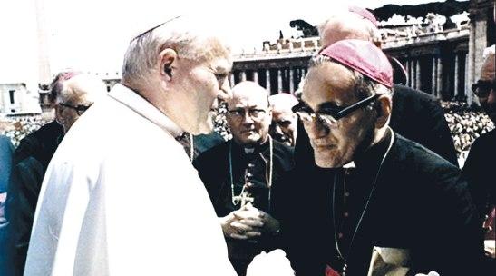 Momento en el que Monseñor Romero se acercó al Papa Juan Pablo Segundo para expresarle su preocupación por el pueblo salvadoreño.