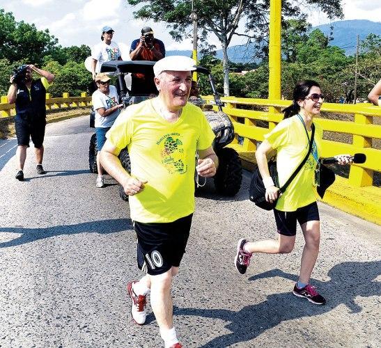 Monseñor Ángel Garachana hizo la carrera completa de 5 kms.
