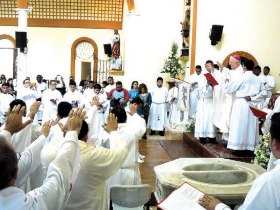 Oración sobre el neo sacerdote Denis López.