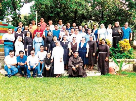 Grupo de participantes en el taller de religiosas y religiosos de Olancho.