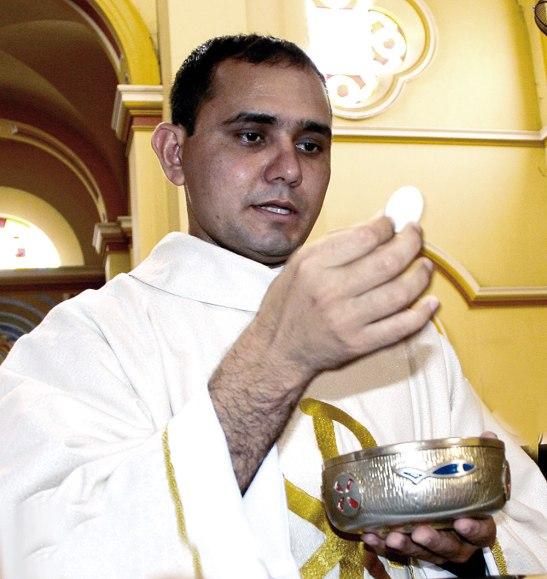 Párroco Natael Perdomo en Sector López Arellano.