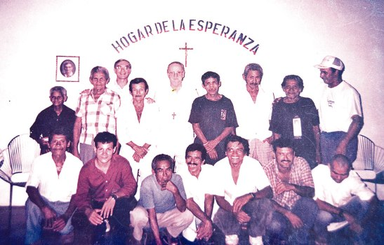 El compartir en el hogar siempre está presente. En esta imagen Monseñor Guido Plante QDDG, junto algunos miembros de esa familia.