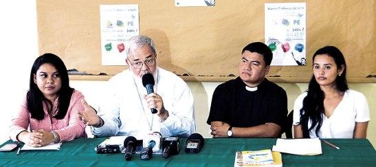 Vanessa Alberto, Monseñor Rómulo Emiliani, padre Luis Amador y Wendy Mejía la secretaria de Pastoral Juvenil en la Diócesis de San Pedro Sula.
