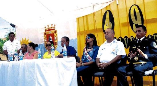 Las autoridades de la ciudad observan el desfile conmemorativo de                             los 490 años de la fundación de Trujillo.