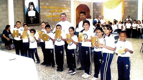 Alumnos de uno de los Centros educativos que Visito el Obispo de Yoro le dan la Bienvenida.