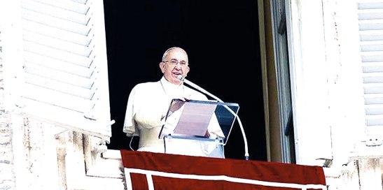 El papa desde el balcón de la Casa Pontificia.
