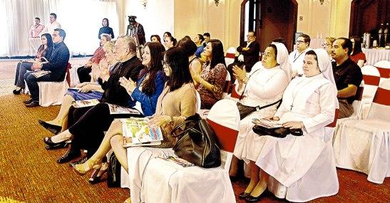 A la presentación asistieron varias personas, quienes pudieron ojear la revista y conocer el objetivo de la misma.