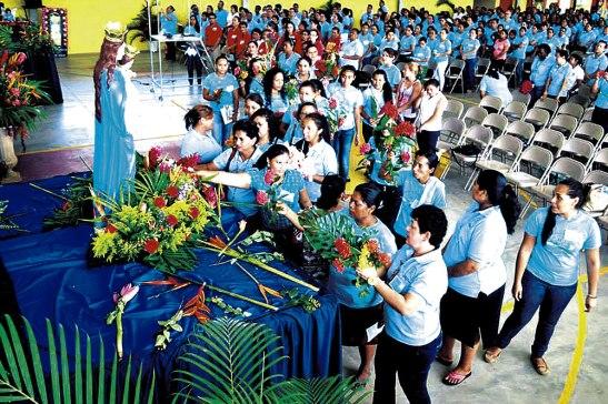 Procesion ofreciendo flores a Maria, estrella de la Evangelizacion.