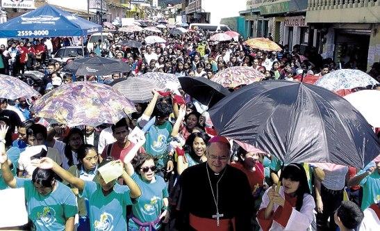 Monseñor Darwin Andino, Obispo de la Diócesis de Santa Rosa, encabezó la peregrinación.