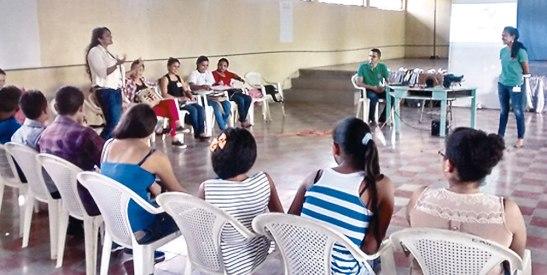 Miembros activos de la Pastoral Juvenil de Juticalpa fueron los encargados de impartir las charlas a los demás jóvenes.