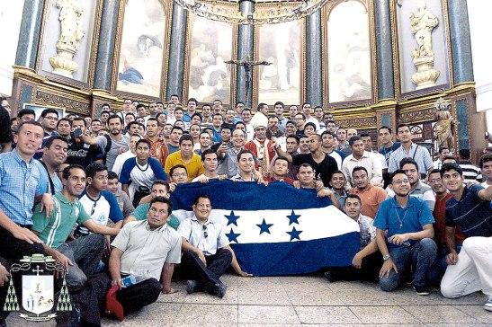En la Catedral de San Salvador junto al arzobispo monseñor José Luis Escobar .