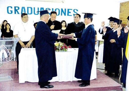 Momento en que dos de los graduados juran sobre las Sagradas Escrituras de parte de las autoridades del Seminario Mayor, al centro el padre José Mario Bacci, rector.