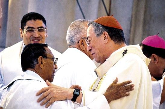 El Padre Almendarez en su última Misa Crismal,  junto al Cardenal Rodríguez.