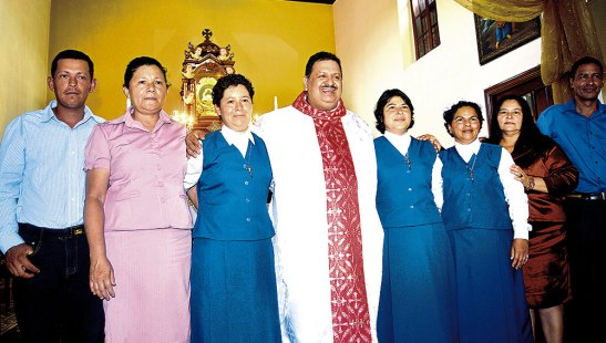 El padre Ricardo, junto a las homenajeadas y sus orgullosos familiares.