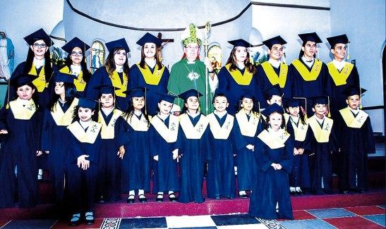 El grupo de niños que pasaron a primaria y los jóvenes que terminaron sus estudios.