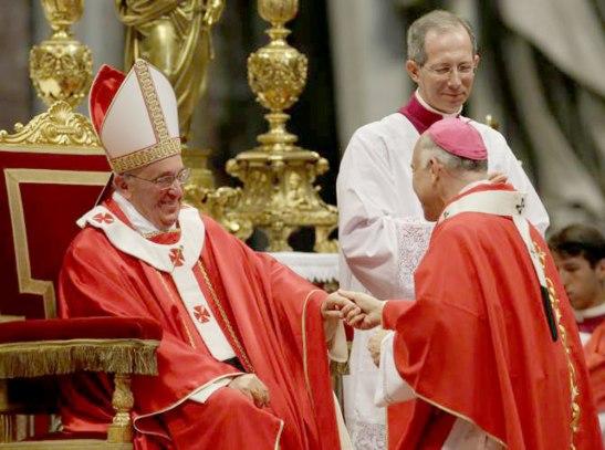 Uno de los cuatro arzobispos mexicanos recibe el palio de manos del Papa Francisco.