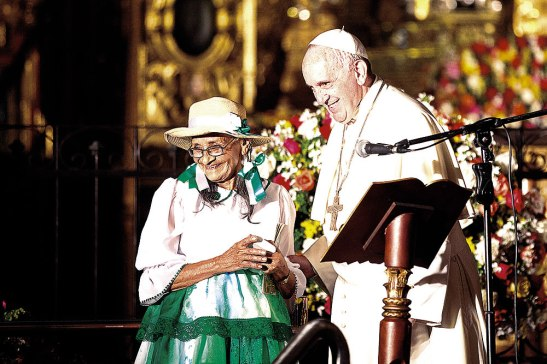 """Francisco se acercó contento a saludarla y le preguntó: """"¿85 años?"""" """"Sí"""", contestó la señora. Y el Pontífice preguntó: """"¿Por qué no me da la receta?""""."""