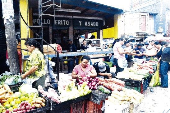 Desde muy temprano este mercado se llena personas en busca de productos.