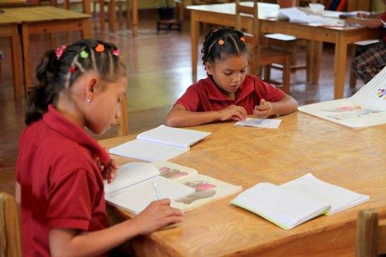 La menores que están en NPH, cada una tiene sus tutores, pero ellos les dicen tías a las que las cuidan y las consienten.