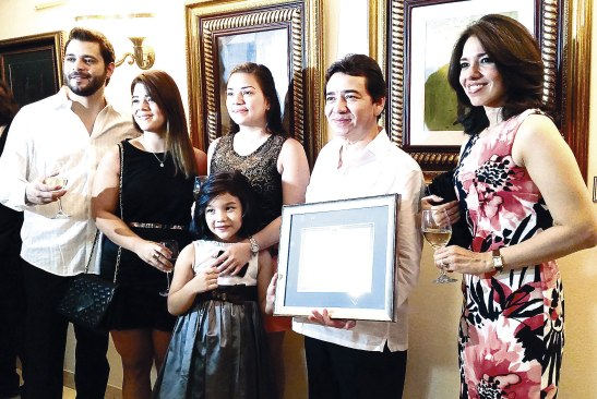 En el marco del XXI Aniversario entregaron reconocimiento a Carlos Castro por sus aportes al mundo de la cultura y las artes.