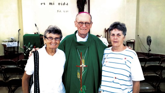 La hermana Patricia Dowling, Monseñor Guido Charbonneau y la hermana Theresa Meuñier ,superiora general de las hermanas de San Jose de Toronto, Canada.