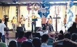 Jóvenes cantando y alabado a Dios.