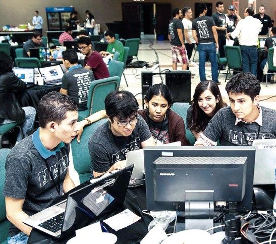 Jóvenes emprendedores creando en 24 horas una solución.