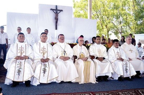 Los ordenados junto a los Obispos Guido Charbonneau y Héctor García, quienes presidieron la Eucaristía.