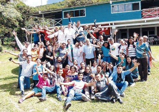 """Los y las jóvenes de la ELMIJ pronunciaban las porras: """"Atrévete a ser diferente, se Misionero"""", """"Seamos luz mas allá de las fronteras"""";  """"tu vida es Misión"""";   """"Cristo nos envía: ¡sean misioneros!""""."""