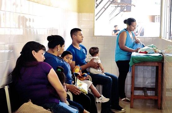 En la sala de Inhaloterapia los padres de familia esperan junto a sus pequeños para poder recibir asistencia médica.