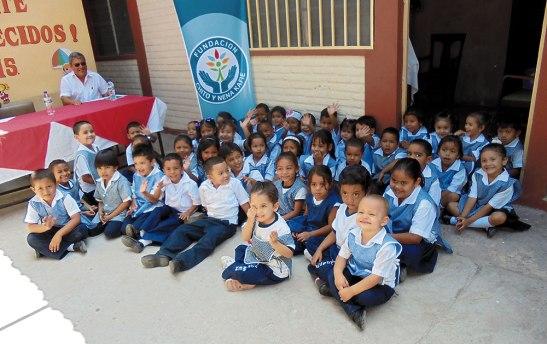 """Niños beneficiarios de los proyectos que realiza la Fundación """"CHITO Y NENA KAFIE""""."""