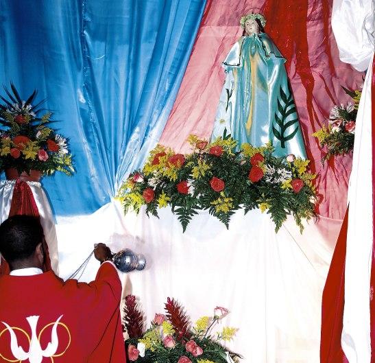 Momentos en que el padre Marlon, incensaba la imagen de Santa María Goretti, patrona de este sector capitalino.