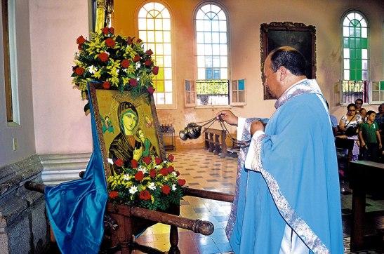 El padre Alex Hernández  incensando el Icono de la Virgen del Perpetuo Socorro.